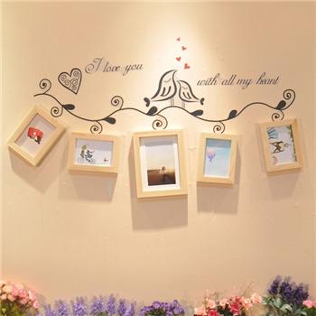 利用各种可爱造型的相框把自己的照片放在墙面上展示不仅温馨有趣